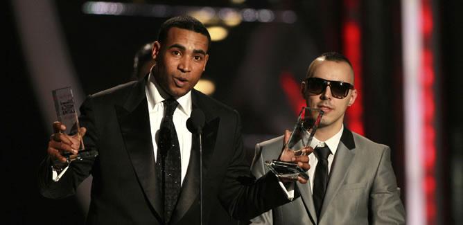 Don Omar y Lucenzo recogen el premio por a la canción del año por 'Danza Kuduro'