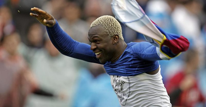 El delantero marfileño del Levante UD Arouna Koné celebra su primer gol durante el partido en casa ante el Granada