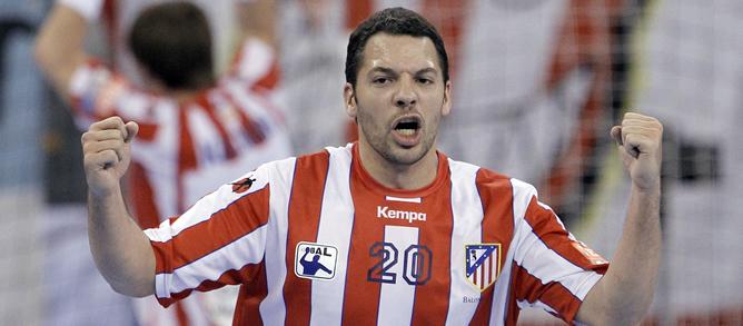 El central del BM Atlético de Madrid Chema Rodríguez celebra un gol durante el partido de vuelta de cuartos de final de la Liga de Campeones de balonmano que ha disputado el conjunto madrileño ante el Cimos Koper hoy, 28 de abril de 2012, en el Palacio de Vistalegre