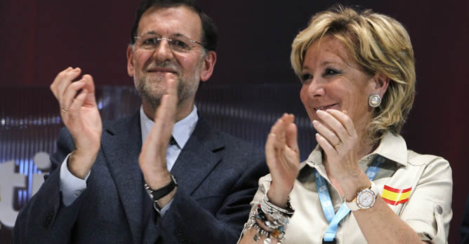 Mariano Rajoy y  Esperanza Aguirre aplauden durante el acto de clausura del XV Congreso regional del partido en Madrid