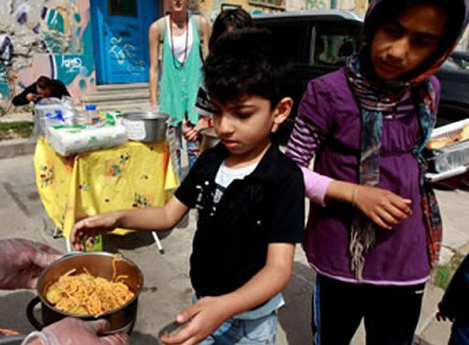 Cada vez más niños sin recursos tienen que esperar largas colas para llevarse algo a la boca