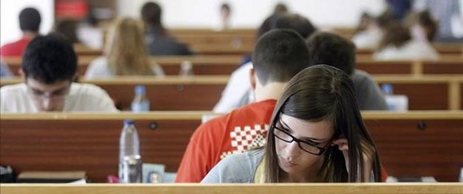 Estudiantes universitarios realizan un examen