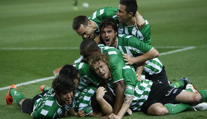 Los jugadores del Real Betis celebran el segundo gol de Beñaten el partido contra el Sevilla que estos dos equipos han jugado este miércoles, 2 de mayo de 2012, en el estadio Sánchez Pizjuán de Sevilla y que ha terminado con la victoria betica por 1-2