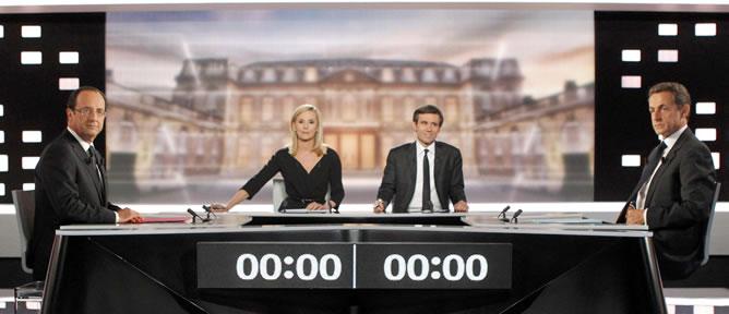 François Hollande, a la izquierda; y Nicolas Sarkozy, a la derecha, en el comienzo del debate