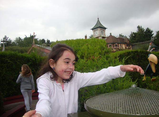 Lucía juega durante un viaje de vacaciones