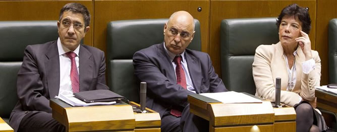 El lehendakari, Patxi López, y los consejeros de Interior, Rodolfo Ares y de Educación, Isabel Celaá, durante el pleno que este jueves ha celebrado el Parlamento Vasco