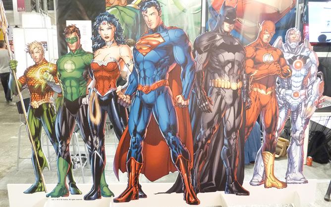 Expositor con todos los héroes de los comics de DC