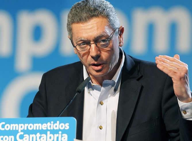 El ministro de Justicia, Alberto Ruiz Gallardón se dirige a los militantes que asistieron al XI Congreso Regional del PP en Cantabria, celebrado en el Palacio de Festivales en Santander.