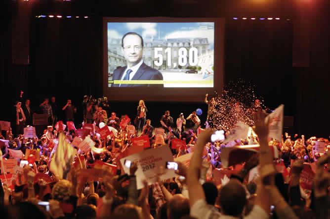 Simpatizantes del Partido Socialista francés celebran los resultados en la sede del partido