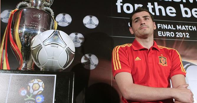 El portero internacional del Real Madrid Iker Casillas ha presentado el balón oficial con el que se disputará la Eurocopa de Ucrania y Polonia del 8 de junio al 1 de julio