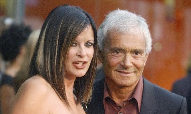 Vidal Sassoon en 2003. En la imagen posa junto a su esposa Ronnie durante la inauguración de una boutique en Los Ángeles