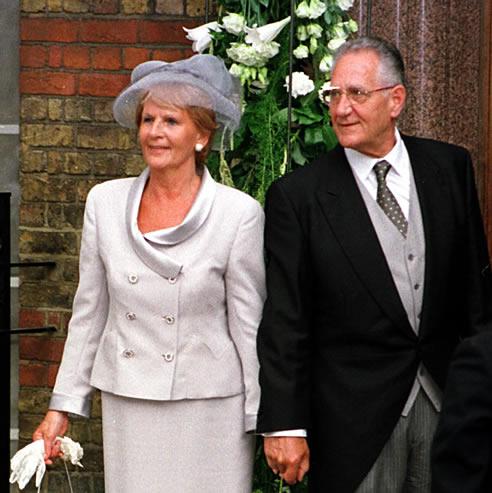 Juan María Urdangarin y su esposa Clara Liebaert, tras asistir al enlace matrimonial de Alexia de Grecia y Carlos Morales en 1999