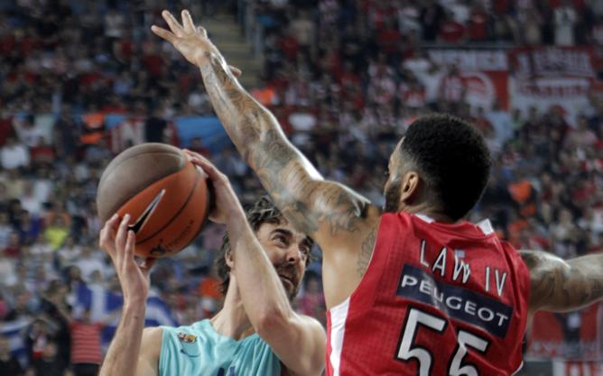 Juan Carlos Navarro, del FC Barcelona Regal, intenta superar la defensa de Acie Law, de Olympiacos, durante la semifinal de la Euroliga de baloncesto jugada en el Sinan Erdem Arena de Estambul, Turquía, el viernes 11 de mayo de 2012