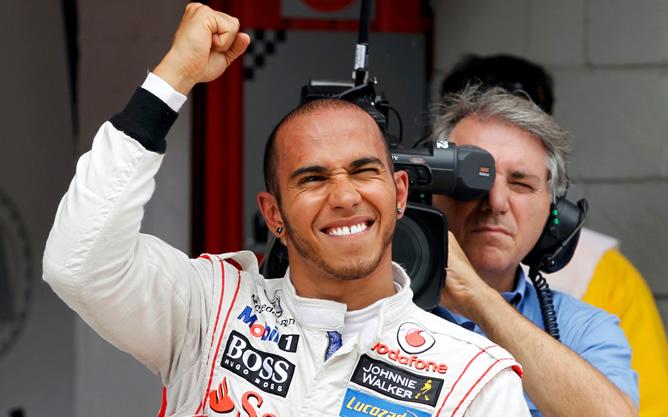 El británico celebra su primer puesto en la calificación de Montmeló aunque posteriormente ha sido sancionado por la FIA y partirá de la última plaza