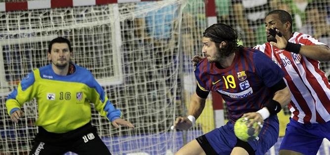 El lateral húngaro F.C. Barcelona Intersport Laszlo Nagy trata de lanzar ante el defensor francés del BM Atlético de Madrid Didier Dinart durante el partido correspondiente a la vigésimo octava jornada de la liga Asobal. A pesar de la victoria rojiblanca, el Barcelona mantiene la diferencia de goles y depende de sí mismo para llevarse el campeonato