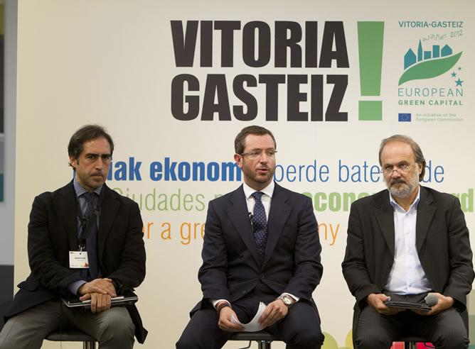 El alcalde de Vitoria, Javier Maroto, con el director ejecutivo del movimiento ciudadano brasileño Nossa Sao Paulo, Maurizio Broinizi y el asesor de la Fundación Conama, Antonio Lucio, presentando las conclusiones de la Cumbre Mundial de Río.