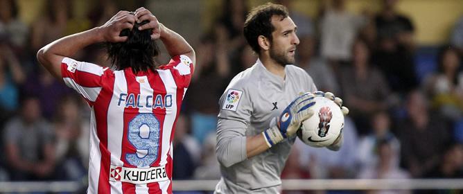 El delantero argentino del Atlético de Madrid Radamel Falcao se lamenta de una ocasión de gol fallada ante el portero del Villarreal C.F. Diego López