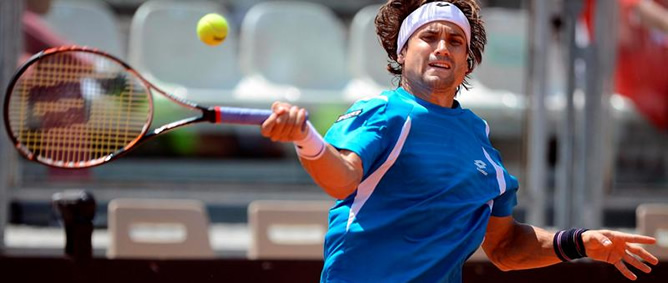 El tenista español David Ferrer golpea la bola durante su partido del Masters 1000 de tenis de Roma disputado contra Fernando Verdasco