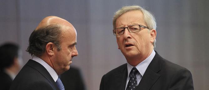 Guindos y Juncker conversan antes de la reunión del Eurogrupo