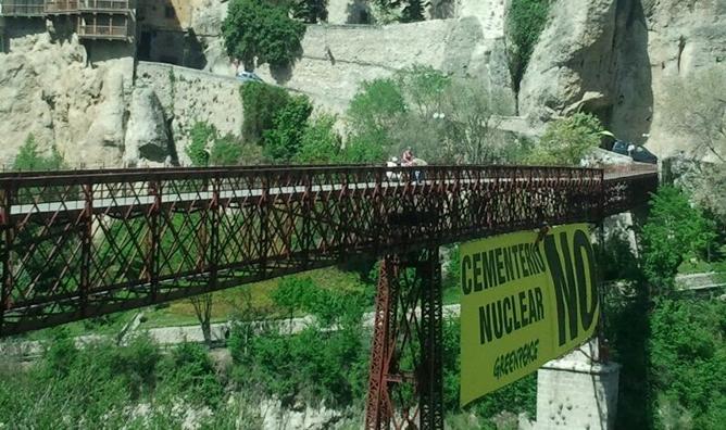 """Un inmenso cartel con el mensaje: """"Cementerio Nuclear NO"""" ha sido colgado en Cuenca para protestar por la construcción de un almacén de residuos nucleares."""