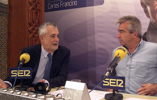 José Antonio Griñán, presidente de la Junta de Andalucía, durante la entrevista con Carles Francino en el programa especial de 'Hoy por Hoy' desde la Isla de la Cartuja de Sevilla