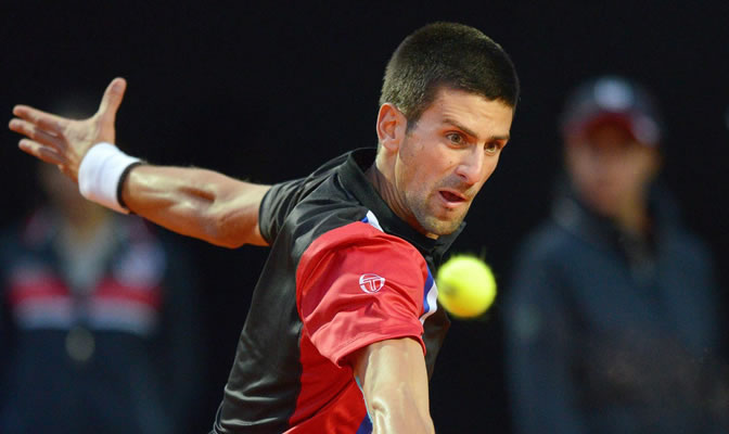 Djokovic devuelve la pelota al suizo Roger Federer durante el partido de semifinales del torneo Masters 1000 de Roma