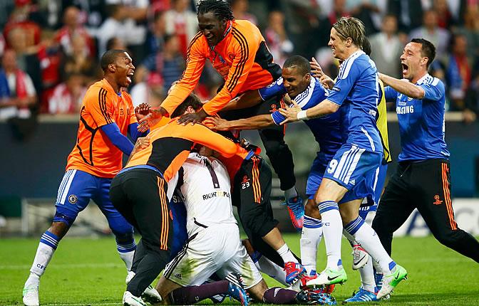 Los jugadores del Chelsea se abrazan a Drogba después de marcar el penalti que da la Champions al Chelsea