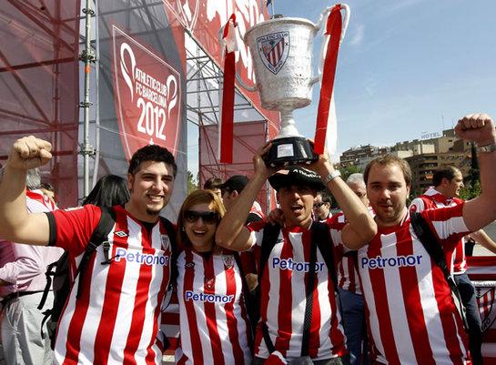 FOTOGALERIA: Aficionados del Athletic Club, en la inauguración de la 'Athletic Hiria', zona instalada en el Puente del Rey de Madrid