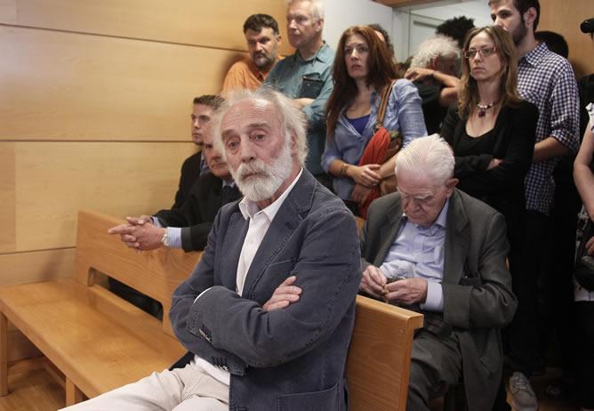 """El cantautor Javier Krahe (primera fila), durante el juicio que ha tenido lugar en el Juzgado de lo Penal número 8 por un delito contra los sentimientos religiosos por la emisión en 2004 en Canal Plus de un vídeo en el que se explicaba """"cómo cocinar a un Cristo"""""""