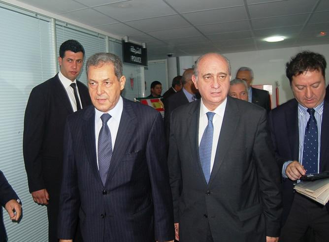 El ministro del Interior marroquí, Mohand Laenser, junto al español, Fernández Díaz