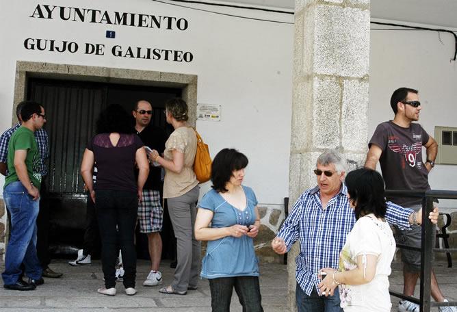 Varios vecinos, a las puertas del Ayuntamiento de Guijo de Galisteo