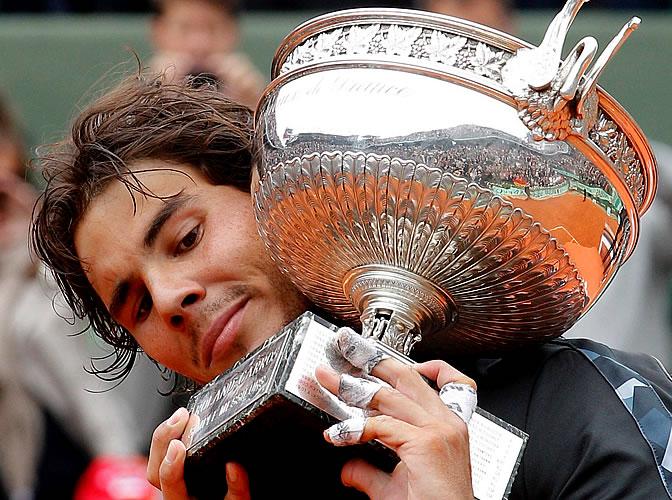 Rafa Nadal mira atento su nueva Copa de Roland Garros