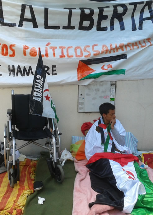 Lafkir Aziza, el chico saharaui que lleva dos semanas en huelga de hambre para exigir al Gobierno marroquí la liberación de los 22 presos políticos saharauis que fueron detenidos en diciembre de 2010