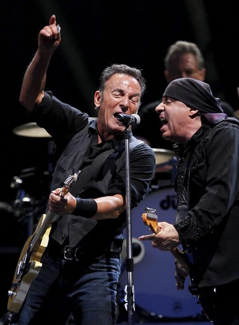 El cantante estadounidense Bruce Springsteen y el guitarrista Steven Van Zandt en un momento de su actuación en el concierto