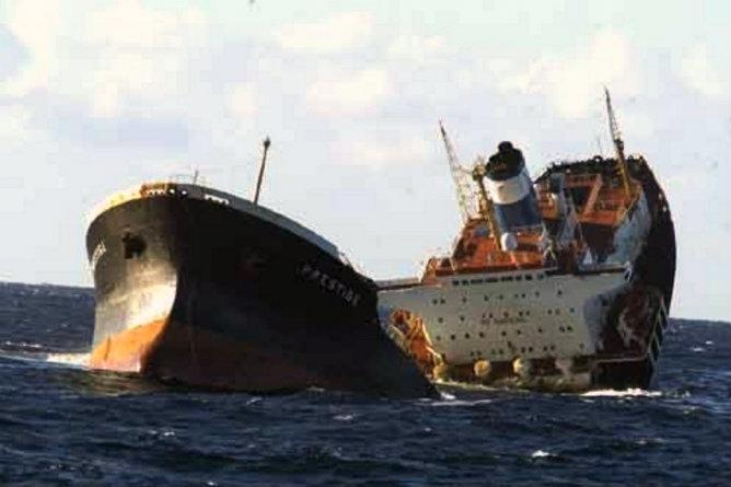 El petrolero 'Prestige' se hundió frente a las costas gallegas hace diez años