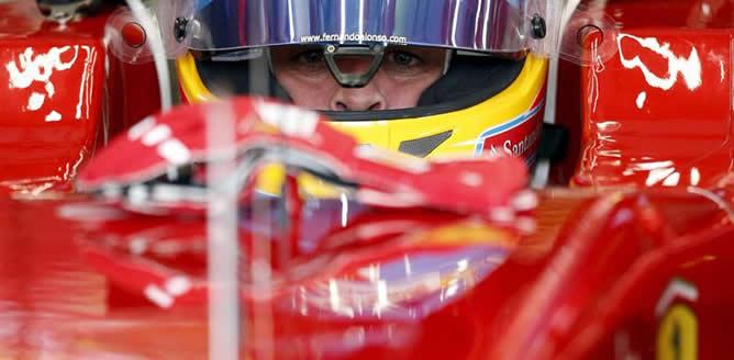 El piloto español Fernando Alonso (Ferrari), dentro de su monoplaza en la primera sesión de entrenamientos libres del GP de Europa