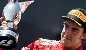 El piloto asturiano levanta la Copa de campeón del Gran Premio de Europa en Valencia