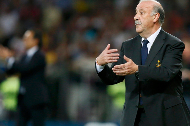 El seleccionador español trata de ordenar a sus jugadores en la segunda mitad