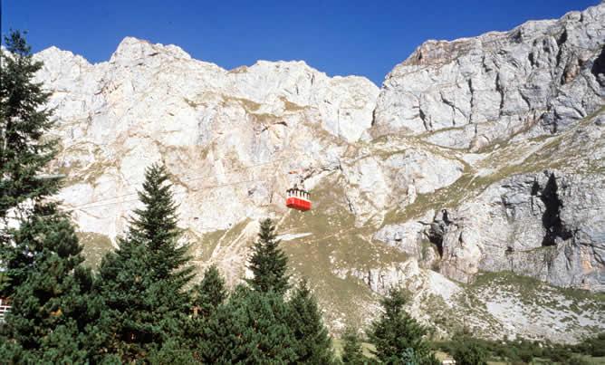 Vista General de los Picos de Europa con el teleférico de Fuente Dé, al fondo