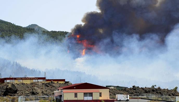 Las llamas devoraban un denso pinar en la zona de Montaña de Enrique, en el incendio declarado en el municipio palmero de El Paso, al sur de la isla