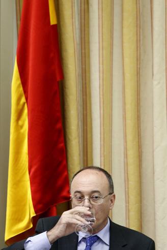 El gobernador del Banco de España, Luis María Linde, durante su comparecencia en la comisión del Congreso