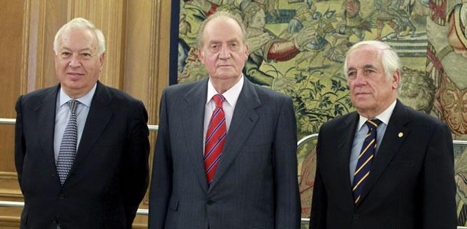El rey Juan Carlos posa junto al alto comisionado del Gobierno para la Marca España, Carlos Espinosa de los Monteros