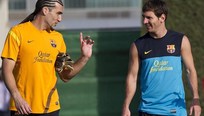 Los jugadores del Barcelona José Manuel Pinto y el argentino Leo Messi conversan, durante un entrenamiento de pretemporada del equipo de Tito Vilanova