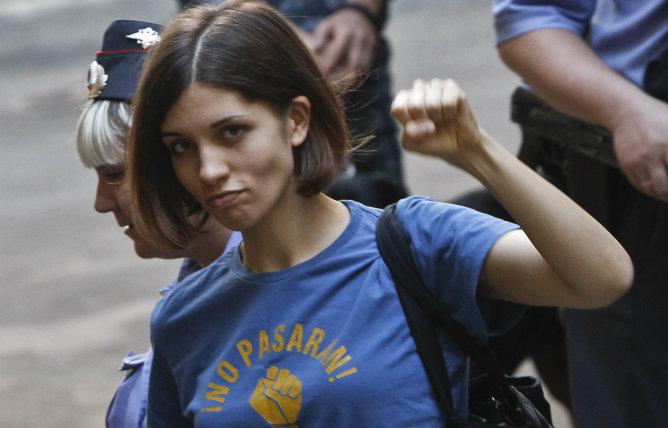 Tolokonnikova, una de las componentes de la banda Pussy Riot, escoltada por la policía antes de la audiencia ante el Tribunal de Moscú