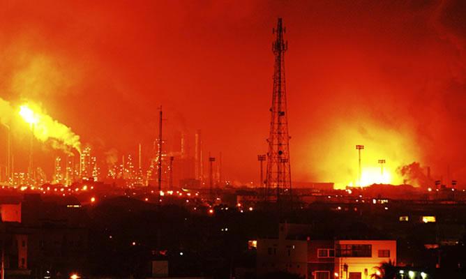 Una fuga causa un incendio en la refinería de Cepsa en Huelva