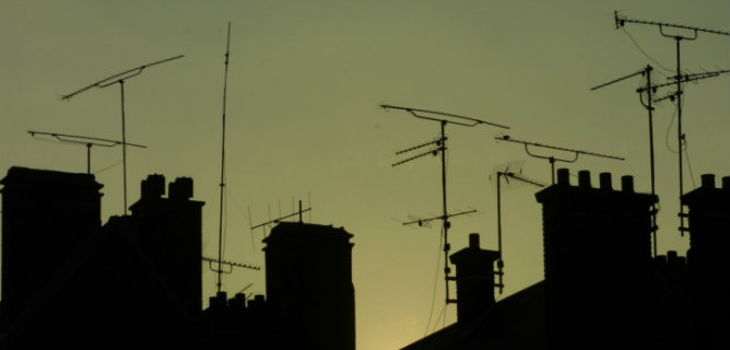 Antenas de televisión colocadas en tejados