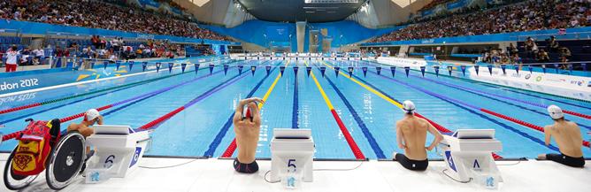 El nadador catalán se dispone junto a sus rivales a lanzarse a la piscina de los Juegos Paralímpicos de Londres 2012