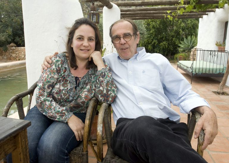 La profesora Resurrección Galera Navarro y su marido Johanes Romes, en su domicilio de Nijar (Almería).