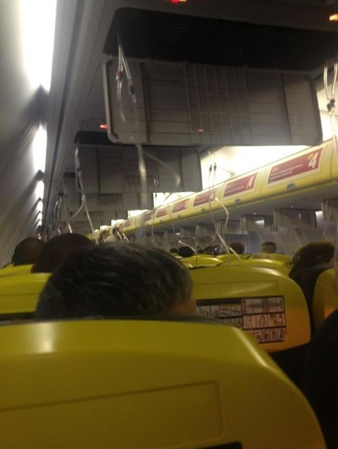Los pasajeros del avión tuvieron que utilizar las mascarillas de oxígeno, como se puede ser en la imagen del interior de la aeronave