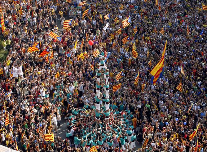 """Miles de catalanes participan en el centro de Barcelona en una manifestación independentista bajo el eslogan """"Cataluña, nuevo Estado de Europa"""", alentada desde el gobierno de la Generalitat y en la que también se reclama al Gobierno un pacto fiscal para mejorar la financiación catalana"""